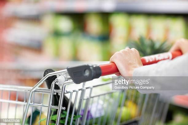 彼女の手を通して食料品ショッピングにしっかりしたグリップ