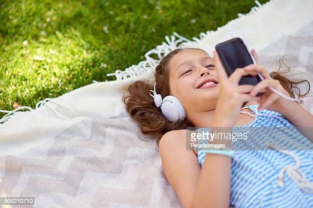 Elle a toutes ses morceaux préférés sur sa poche pour téléphone portable