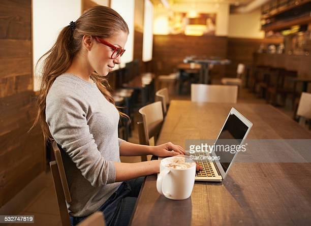Elle est dans la zone du café