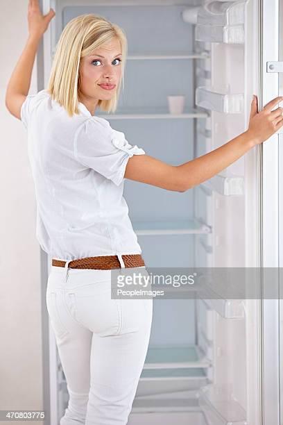 Elle n'est pas de ressortir de son frigo vide