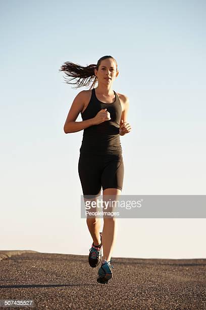 Sie ist auf dem Weg zu tollen Fitness