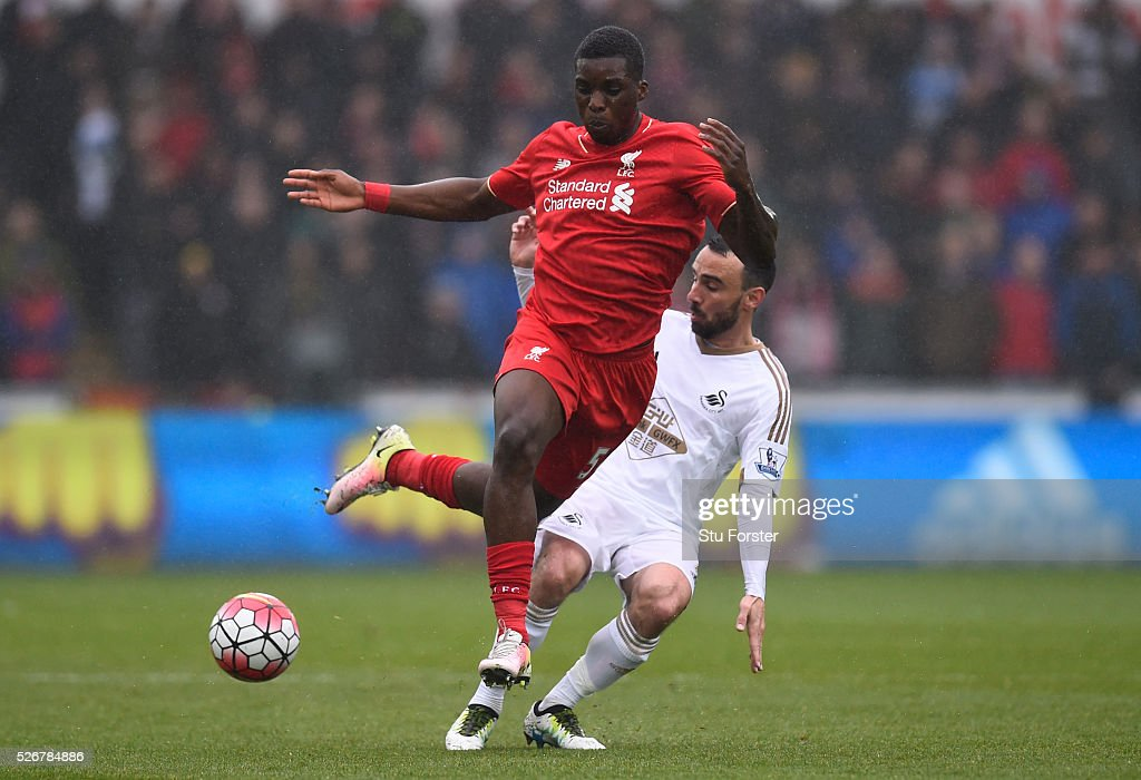 <a gi-track='captionPersonalityLinkClicked' href=/galleries/search?phrase=Sheyi+Ojo&family=editorial&specificpeople=12319409 ng-click='$event.stopPropagation()'>Sheyi Ojo</a> of Liverpool is tackled by <a gi-track='captionPersonalityLinkClicked' href=/galleries/search?phrase=Leon+Britton+-+Joueur+de+football&family=editorial&specificpeople=12884689 ng-click='$event.stopPropagation()'>Leon Britton</a> of Swansea City during the Barclays Premier League match between Swansea City and Liverpool at The Liberty Stadium on May 1, 2016 in Swansea, Wales.