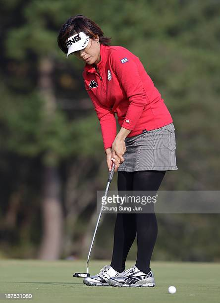Shiho Oyama of Japan plays a shot on the 18th hole during the final round of the Mizuno Classic at Kintetsu Kashikojima Country Club on November 10...