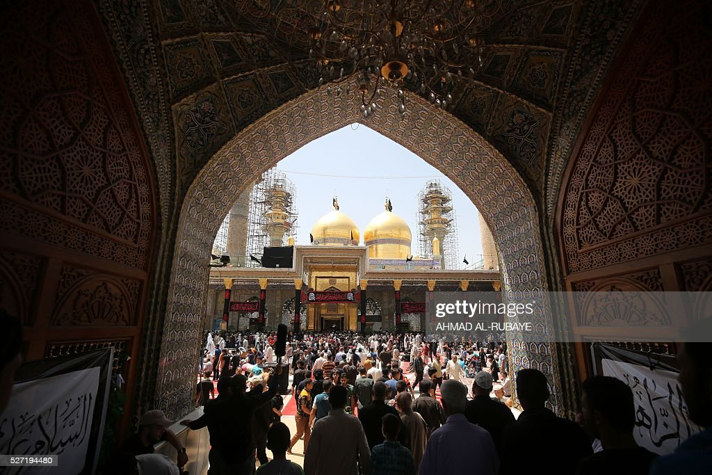 Iraqi Shiite Muslim worshippers gather at the Imam al-Kadhim shrine to mark the anniversary of the death of the eighth century revered Imam on May 2, 2016, in Baghdad's northern district of Kadhimiya. Pilgrims converge on the seventh Imam's shrine in Kadhimiya to mark his death in 795 after he was believed to have been poisoned by agents of the then-ruling Sunni ruler, Harun al-Rashid. / AFP / AHMAD