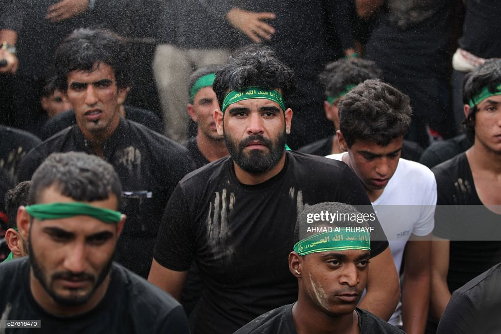 Shiite Muslim worshippers gather outside the Imam al-Kadhim shrine during a ceremony to mark the anniversary of the death of the religious figure on May 3, 2016, in the northern district of Kadhimiya in the Iraqi capital Baghdad. The commemoration of the 799 AD death of Shiite Islams revered seventh Imam, who is believed to have been poisoned by agents of then Sunni ruler Harun al-Rashid, culminates today. / AFP / AHMAD