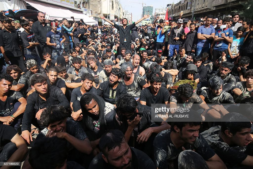 Iraqi Shiite Muslim worshippers mourn outside the Imam al-Kadhim shrine as they gather to mark the anniversary of the death of the eighth century revered Imam on May 2, 2016, in Baghdad's northern district of Kadhimiya. Pilgrims converge on the seventh Imam's shrine in Kadhimiya to mark his death in 795 after he was believed to have been poisoned by agents of the then-ruling Sunni ruler, Harun al-Rashid. / AFP / AHMAD