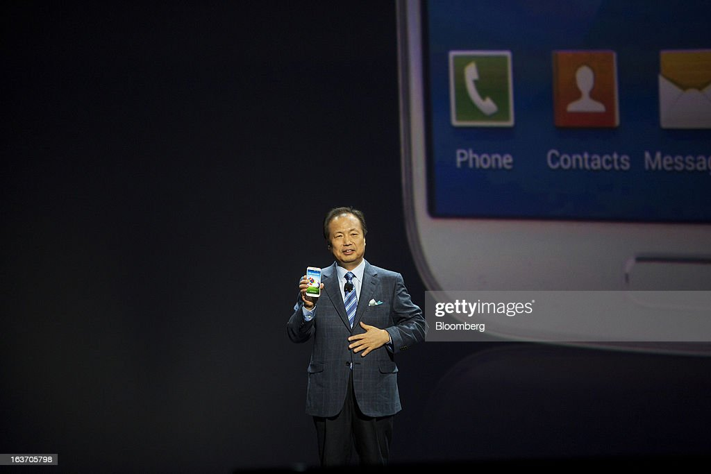 J.K. Shin, head of Samsung Electronics Co.'s mobile division, unveils the new Galaxy S4 smartphone during an event at Radio City Music Hall in New York, U.S., on Thursday, March 14, 2013. Samsung Electronics Co. unveiled the Galaxy S4 with a bigger screen and software that tracks eye movements as the world's biggest smartphone seller takes its battle with Apple Inc. to the iPhone maker's home market. Photographer: Victor J. Blue/Bloomberg via Getty Images