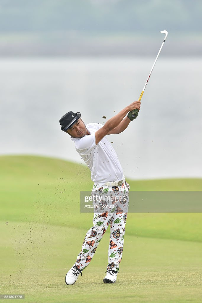 <a gi-track='captionPersonalityLinkClicked' href=/galleries/search?phrase=Shingo+Katayama&family=editorial&specificpeople=206186 ng-click='$event.stopPropagation()'>Shingo Katayama</a> of Japan hits his second shot on the 18th hole during the 3rd round of the Mizuno Open at JFE Setonaikai Golf Club on May 28, 2016 in Okayama, Japan.