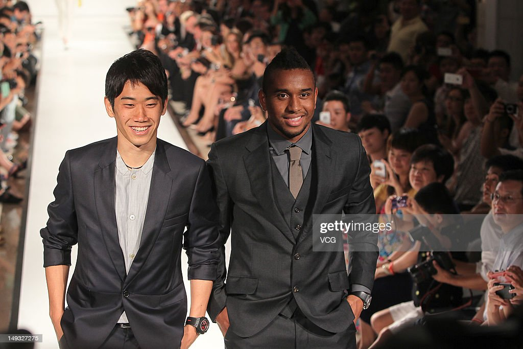 <a gi-track='captionPersonalityLinkClicked' href=/galleries/search?phrase=Shinji+Kagawa&family=editorial&specificpeople=4314029 ng-click='$event.stopPropagation()'>Shinji Kagawa</a> (L) and Anderson of Manchester United pose during a Hublot Charity Dinner and Fashion Show event in aid of the MU Foundation at Shangri-La Hotel on July 26, 2012 in Shanghai, China.