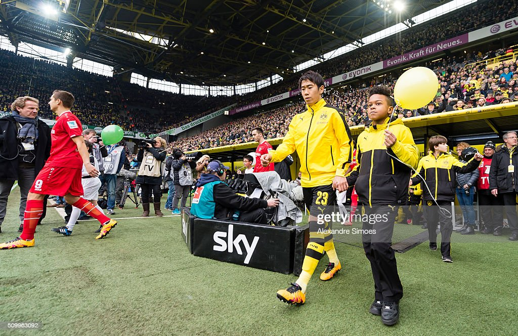<a gi-track='captionPersonalityLinkClicked' href=/galleries/search?phrase=Shinji+Kagawa&family=editorial&specificpeople=4314029 ng-click='$event.stopPropagation()'>Shinji Kagawa</a> of Borussia Dortmund on his way to the green prior to the Bundesliga match between Borussia Dortmund and Hannover 96 at Signal Iduna Park on February 13, 2016 in Dortmund, Germany.