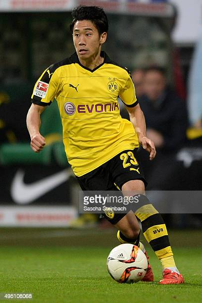 Shinji Kagawa of Dortmund runs with the ball during the Bundesliga match between Werder Bremen and Borussia Dortmund at Weserstadion on October 31...