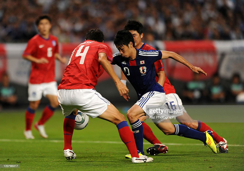 <a gi-track='captionPersonalityLinkClicked' href=/galleries/search?phrase=Shinji+Kagawa&family=editorial&specificpeople=4314029 ng-click='$event.stopPropagation()'>Shinji Kagawa</a> of Japan battles for the ball with <a gi-track='captionPersonalityLinkClicked' href=/galleries/search?phrase=Lee+Jung-Soo&family=editorial&specificpeople=5040502 ng-click='$event.stopPropagation()'>Lee Jung-Soo</a> and <a gi-track='captionPersonalityLinkClicked' href=/galleries/search?phrase=Ki+Sung-Yong&family=editorial&specificpeople=4252298 ng-click='$event.stopPropagation()'>Ki Sung-Yong</a> of South Korea zzz during the international friendly match between Japan and South Korea at Sapporo Dome on August 10, 2011 in Sapporo, Japan.