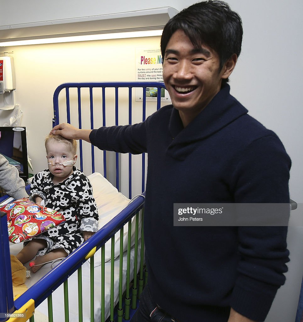 <a gi-track='captionPersonalityLinkClicked' href=/galleries/search?phrase=Shinji+Kagawa&family=editorial&specificpeople=4314029 ng-click='$event.stopPropagation()'>Shinji Kagawa</a> of Manchester United delivers presents to Isaac, aged 3, during the annual Manchester United Foundation Christmas hospital visits at the Royal Manchester Children's Hospital on December 20, 2012 in Manchester, England.