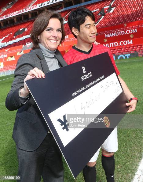 Shinji Kagawa of Manchester United is presented with a cheque for 3000 Japanese Yen by Hublot marketing director Valerie Servageon Grande watches...
