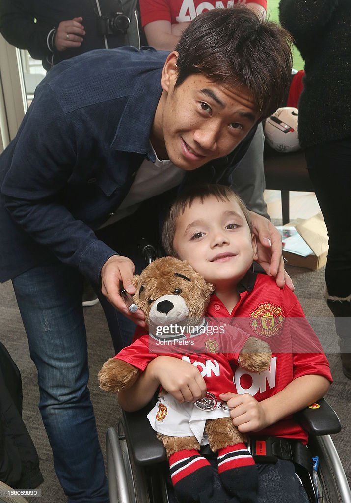 <a gi-track='captionPersonalityLinkClicked' href=/galleries/search?phrase=Shinji+Kagawa&family=editorial&specificpeople=4314029 ng-click='$event.stopPropagation()'>Shinji Kagawa</a> of Manchester United meets Matthew Townrow during a Manchester United Foundation Dream Day, for fans with life-limiting illnesses, at Aon Training Complex on October 28, 2013 in Manchester, England.