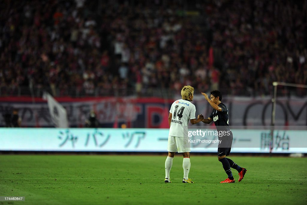 <a gi-track='captionPersonalityLinkClicked' href=/galleries/search?phrase=Shinji+Kagawa&family=editorial&specificpeople=4314029 ng-click='$event.stopPropagation()'>Shinji Kagawa</a> of Manchester United shakes the hands with Yusuke Maruhashi of Cerezo Osaka after substitution during the pre-season friendly match between Cerezo Osaka and Manchester United at Nagai Stadium on July 26, 2013 in Osaka, Japan.
