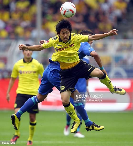 Shinji Kagawa von Dortmund springt hoch zum Kopfball waehrend des Bundesligaspiels zwischen Borussia Dortmund und Bayer 04 Leverkusen im Signal Iduna...