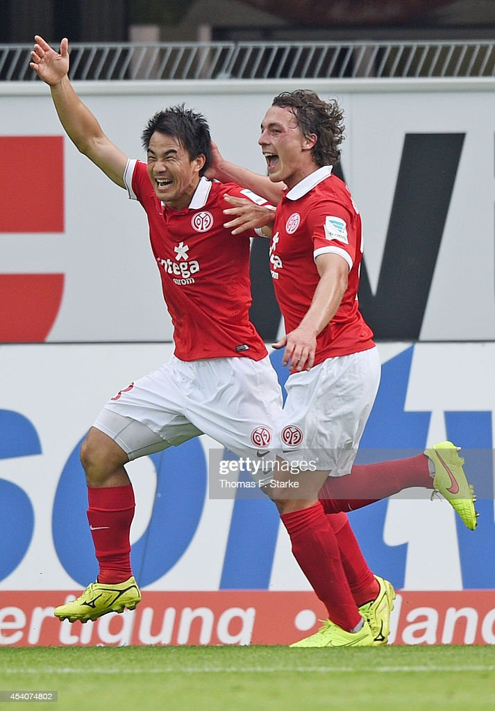 <a gi-track='captionPersonalityLinkClicked' href=/galleries/search?phrase=Shinji+Okazaki&family=editorial&specificpeople=4320771 ng-click='$event.stopPropagation()'>Shinji Okazaki</a> (L) and <a gi-track='captionPersonalityLinkClicked' href=/galleries/search?phrase=Julian+Baumgartlinger&family=editorial&specificpeople=4228877 ng-click='$event.stopPropagation()'>Julian Baumgartlinger</a> of Mainz celebrate their teams first goal during the Bundesliga match between SC Paderborn and FSV Mainz 05 at Benteler Arena on August 24, 2014 in Paderborn, Germany.