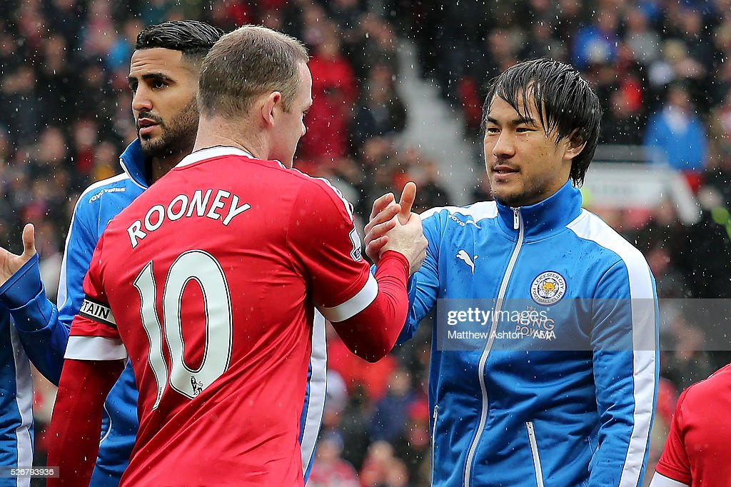 <a gi-track='captionPersonalityLinkClicked' href=/galleries/search?phrase=Shinji+Okazaki&family=editorial&specificpeople=4320771 ng-click='$event.stopPropagation()'>Shinji Okazaki</a> of Leicester City shakes hands with <a gi-track='captionPersonalityLinkClicked' href=/galleries/search?phrase=Wayne+Rooney&family=editorial&specificpeople=157598 ng-click='$event.stopPropagation()'>Wayne Rooney</a> of Manchester United prior to the Barclays Premier League match between Manchester United and Leicester City at Old Trafford on May 1, 2016 in Manchester, United Kingdom.