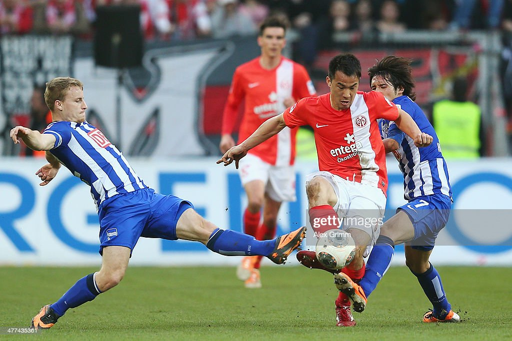 <a gi-track='captionPersonalityLinkClicked' href=/galleries/search?phrase=Shinji+Okazaki&family=editorial&specificpeople=4320771 ng-click='$event.stopPropagation()'>Shinji Okazaki</a> (C) of Mainz is challenged by Fabian Holland (L) and <a gi-track='captionPersonalityLinkClicked' href=/galleries/search?phrase=Hajime+Hosogai&family=editorial&specificpeople=4023693 ng-click='$event.stopPropagation()'>Hajime Hosogai</a> of Berlin during the Bundesliga match between 1. FSV Mainz 05 and Hertha BSC Berlin at Coface Arena on March 9, 2014 in Mainz, Germany.