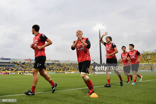 Shinji Ono of Consadole Sapporo appaluds supporters prior to the JLeague J1 match between Kashiwa Reysol and Consadole Sapporo at Hitachi Kashiwa...