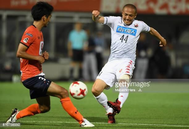 Shinji Ono of Consadole Sapporo shoots at goal during the JLeague J1 match between Omiya Ardija and Consadole Sapporo at NACK 5 Stadium Omiya on July...