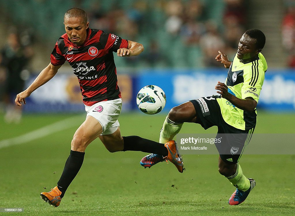 <a gi-track='captionPersonalityLinkClicked' href=/galleries/search?phrase=Shinji+Ono&family=editorial&specificpeople=550970 ng-click='$event.stopPropagation()'>Shinji Ono</a> of the Wanderers and Adama Traore of the Victory compete for the ball during the round eight A-League match between the Western Sydney Wanderers and the Melbourne Victory at Parramatta Stadium on November 24, 2012 in Sydney, Australia.