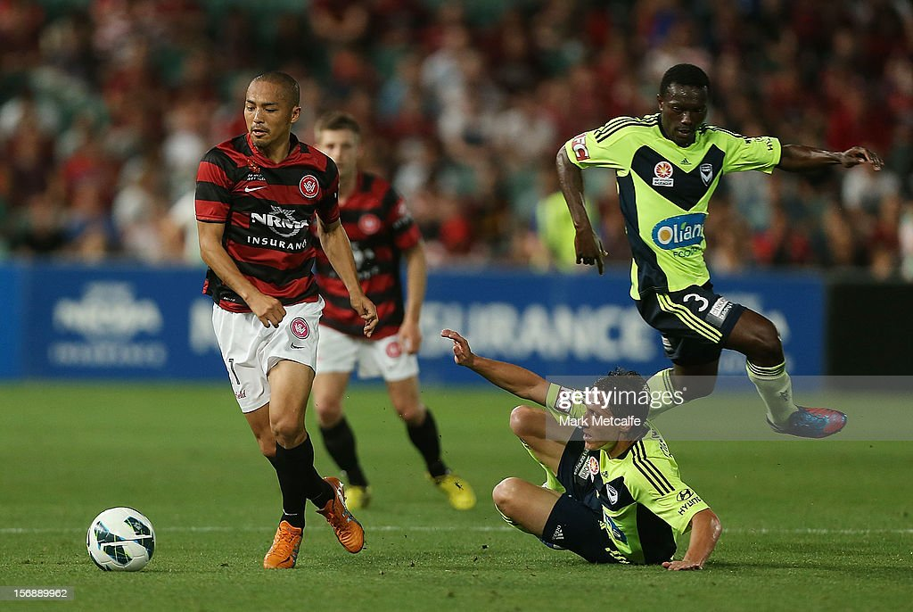 Shinji Ono of the Wanderers evades the challenges of Mark Milligan and Adama Traore of the Victory during the round eight A-League match between the Western Sydney Wanderers and the Melbourne Victory at Parramatta Stadium on November 24, 2012 in Sydney, Australia.