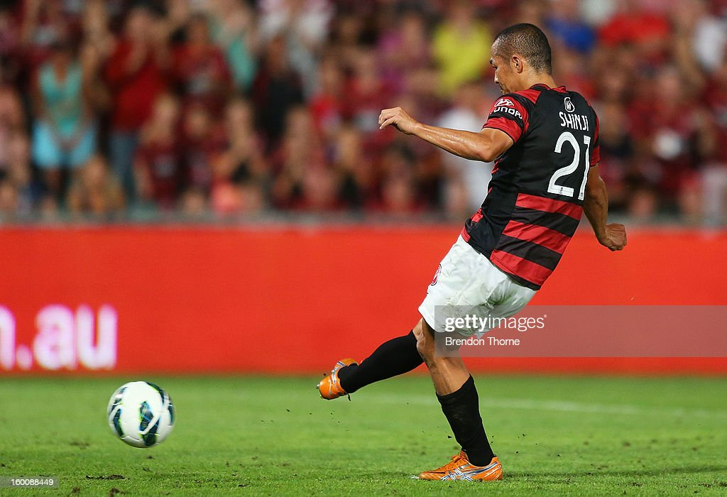 <a gi-track='captionPersonalityLinkClicked' href=/galleries/search?phrase=Shinji+Ono&family=editorial&specificpeople=550970 ng-click='$event.stopPropagation()'>Shinji Ono</a> of the Wanderers scores a penalty during the round 18 A-League match between the Western Sydney Wanderers and the Melbourne Heart at Parramatta Stadium on January 26, 2013 in Sydney, Australia.