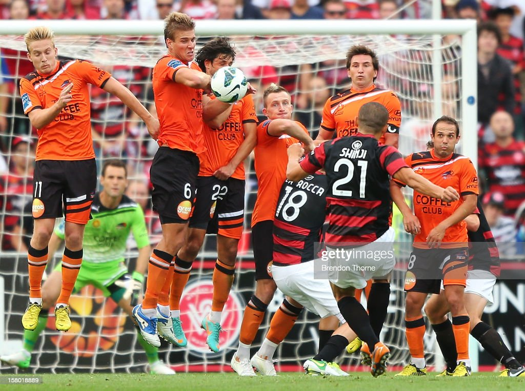 <a gi-track='captionPersonalityLinkClicked' href=/galleries/search?phrase=Shinji+Ono&family=editorial&specificpeople=550970 ng-click='$event.stopPropagation()'>Shinji Ono</a> of the Wanderers takes a free kick during the round ten A-League match between the Western Sydney Wanderers and the Brisbane Roar at Parramatta Stadium on December 9, 2012 in Sydney, Australia.