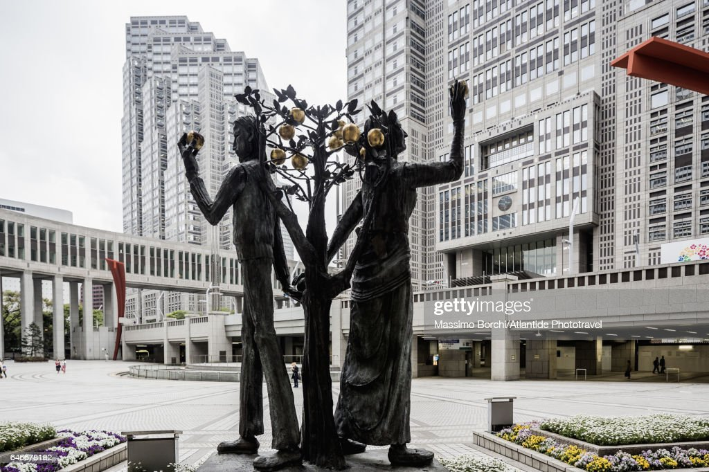 Shinjuku, Tokyo Metropolitan Government Building (architect Kenzo Tange), the sculpture Adam y Eva by Munehiro Ikeda : Stock Photo
