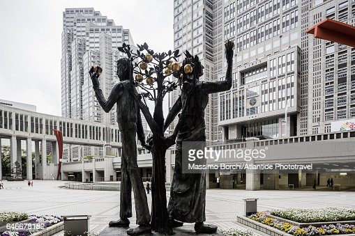 Shinjuku, Tokyo Metropolitan Government Building (architect Kenzo Tange), the sculpture Adam y Eva by Munehiro Ikeda : Photo