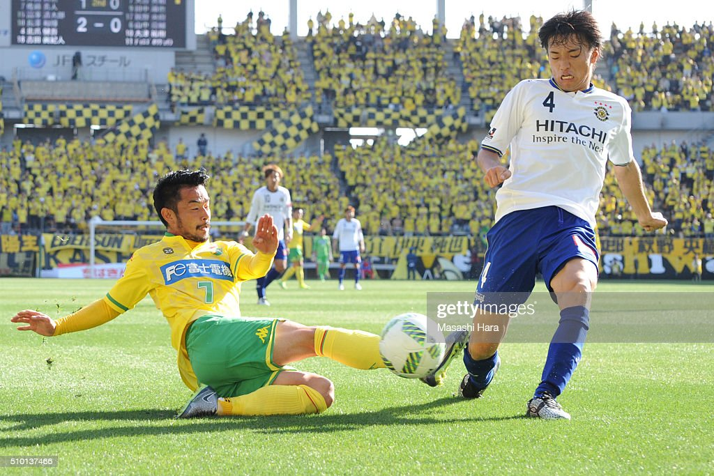 Shinnosuke Nakatani of Kashiwa Reysol (R) and Yuto Sato of JEF United Chiba compete for the ball during the preseason friendly match between JEF United Chiba and Kashiwa Reysol at the Fukuda Denshi Arena on February 14, 2016 in Chiba, Japan.