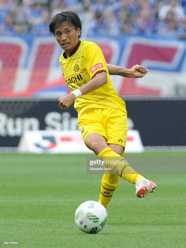 Shinnosuke Nakatani #4 of Kashiwa Reysol in action during the J.League match between Yokohama F.Marinos and Kashiwa Reysol at the Nissan Stadium on May 29, 2016 in Yokohama, Kanagawa, Japan.