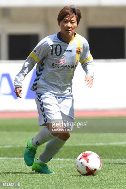 Shinobu Ohno of INAC Kobe Leonessa in action during the Nadeshiko League match between Albirex Niigata Ladies and INAC Kobe Leonessa at Denka Big...