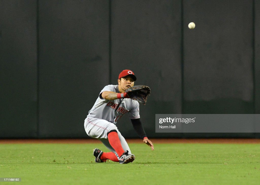 <a gi-track='captionPersonalityLinkClicked' href=/galleries/search?phrase=Shin-Soo+Choo&family=editorial&specificpeople=196543 ng-click='$event.stopPropagation()'>Shin-Soo Choo</a> #17 of the Cincinnati Reds makes a play on a fly ball against the Arizona Diamondbacks at Chase Field on June 22, 2013 in Phoenix, Arizona.