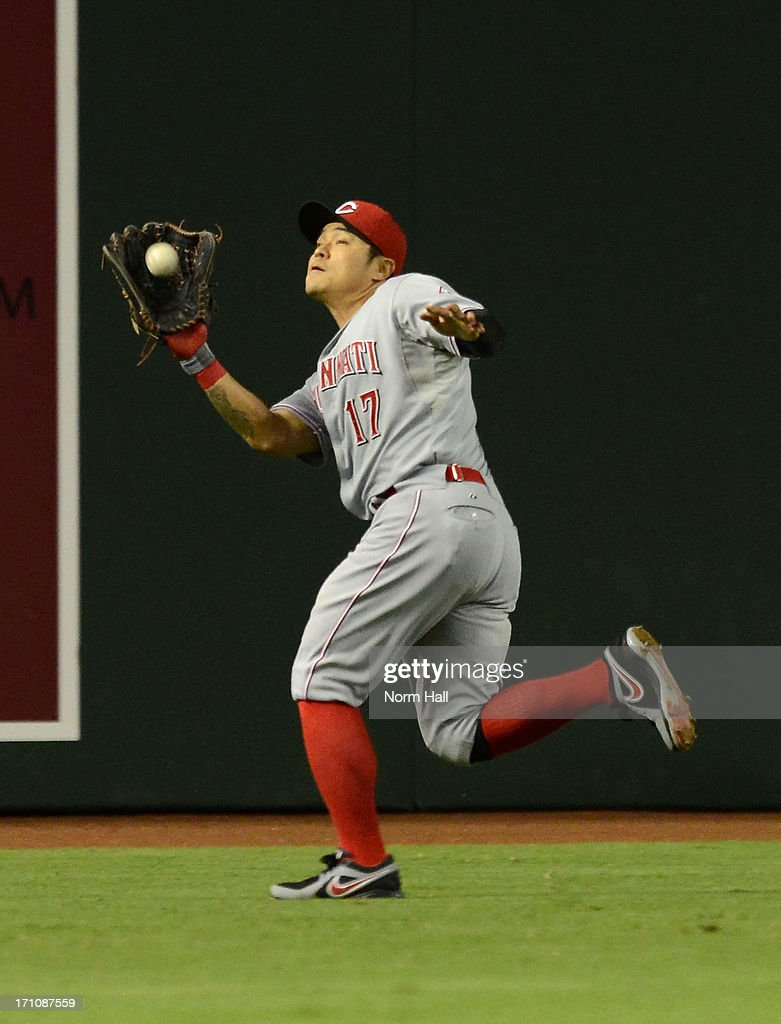 <a gi-track='captionPersonalityLinkClicked' href=/galleries/search?phrase=Shin-Soo+Choo&family=editorial&specificpeople=196543 ng-click='$event.stopPropagation()'>Shin-Soo Choo</a> #17 of the Cincinnati Reds makes a running catch against the Arizona Diamondbacks at Chase Field on June 21, 2013 in Phoenix, Arizona.