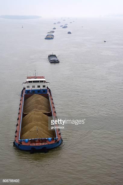 Navires transportant du charbon sur le Yang-tseu-kiang, Nankin, Chine