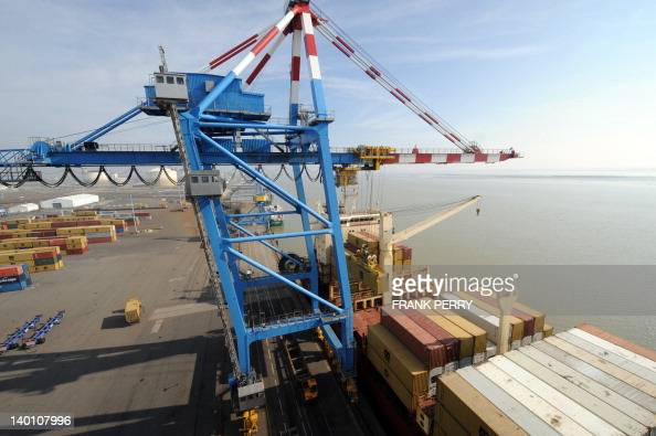 Ship To Shore Gantry Crane Nedir : Ship to shore gantry cranes unload a car pictures getty