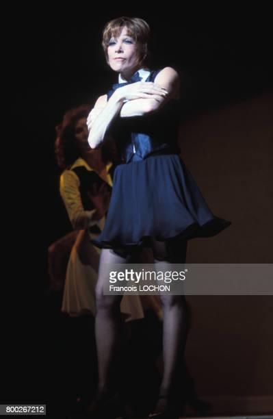 Shirley MacLaine sur scène le 13 juin 1976 à Paris France