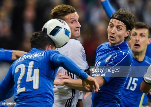 Shkodran Mustafi und Riccardo Montolivo schauen Alessandro Florenzi beim Kopfball zu waehrend dem Fussball Laenderspiel Deutschland gegen Italien in...
