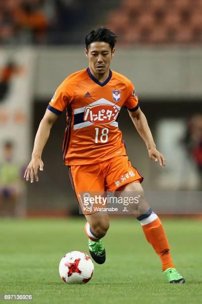 Sho Naruoka of Albirex Niigata in action during the JLeague J1 match between Albirex Niigata and Omiya Ardija at Denka Big Swan Stadium on June 17...