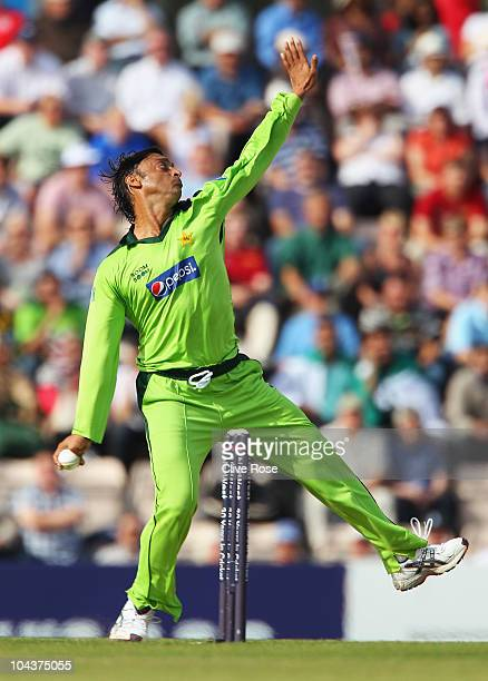 Shoaib Akhtar of Pakistan bowls during the 5th NatWest One Day International between England and Pakistan at The Rose Bowl on September 22 2010 in...