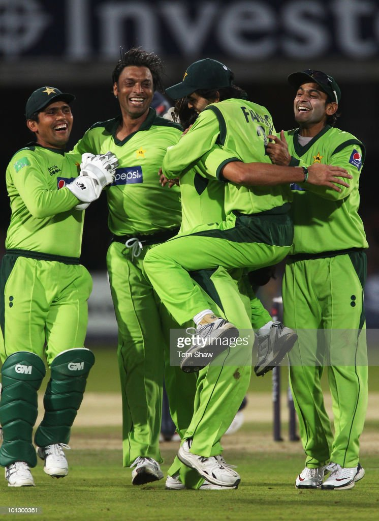 <a gi-track='captionPersonalityLinkClicked' href=/galleries/search?phrase=Shoaib+Akhtar&family=editorial&specificpeople=176576 ng-click='$event.stopPropagation()'>Shoaib Akhtar</a> (2ndL) of Pakistan celebrates the wicket of Andrew Strauss of England with team mates during the 4th NatWest One Day International between England and Pakistan at Lord's on September 20, 2010 in London, England.