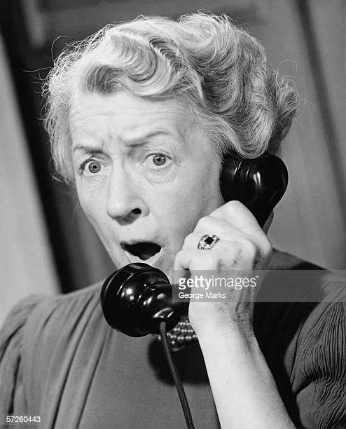 Shocked mujer usando teléfono (B & P), primer plano