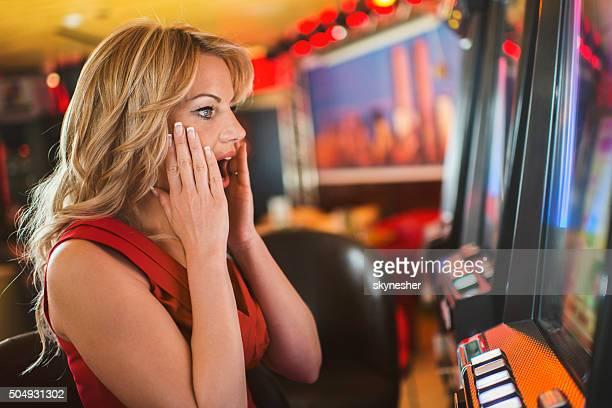 Scioccato donna vincendo in casinò.