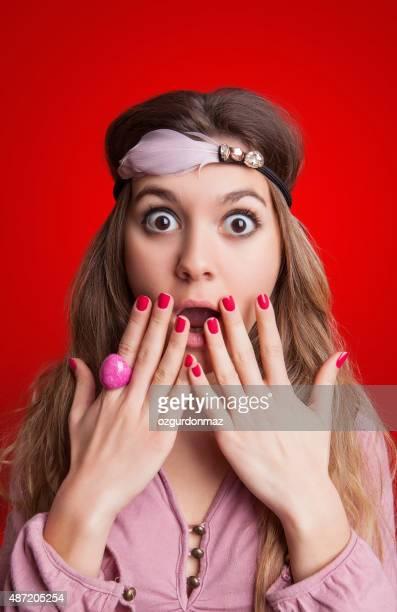 ショックを受ける女性、子供の手を彼女の口