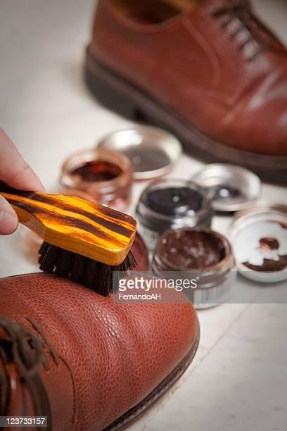 cirer des chaussures photos et images de collection getty images. Black Bedroom Furniture Sets. Home Design Ideas