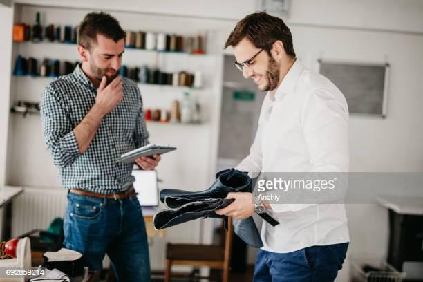 靴屋はショップでデジタル タブレットを使用します。