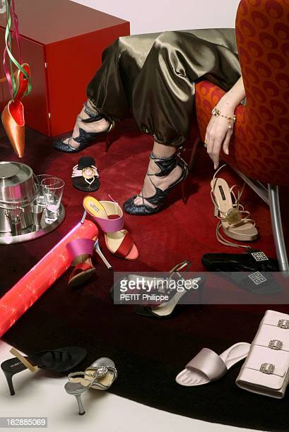 femme portant des sandales en cuir irisé acier de FENDI de haut en bas et de gauche à droite mule à nouer sur la cheville de FREE LANCE mule plate à...